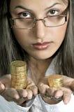 Modello della ragazza con le monete di oro Immagine Stock
