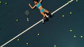 Modello della ragazza sul campo da tennis stock footage