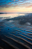 Modello della sabbia con alba su una spiaggia Immagini Stock