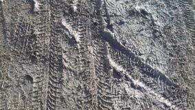 Modello della stampa del pneumatico del camion dell'automobile sulla sabbia nera sporca Immagini Stock Libere da Diritti