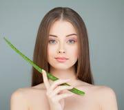 Modello della stazione termale della giovane donna e foglia verde dell'aloe Immagini Stock