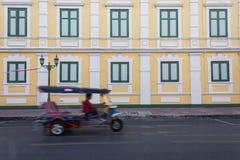 Modello della strada accanto a costruzione gialla Fotografie Stock