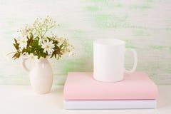 Modello della tazza con i fiori freschi Immagine Stock