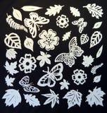 Modello delle farfalle, delle foglie e di fiori. Taglio di carta. Fotografia Stock