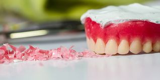 Modello delle protesi dentarie della cera tavola del posto di lavoro dell'odontotecnico Fotografia Stock