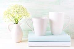 Modello delle tazze di bianco del cappuccino e del latte del caffè due Immagini Stock Libere da Diritti