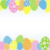Modello delle uova di Pasqua colorate su un modello vuoto festivo decorativo del fondo leggero per progettazione del manifesto de fotografia stock