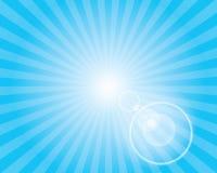 Modello dello sprazzo di sole di Sun con il chiarore della lente. Cielo blu. Fotografia Stock