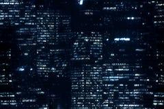 Modello dettagliato delle finestre di notte in città moderna immagini stock