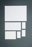 Modello di affari del modello con le carte, carte Fondo grigio Immagini Stock