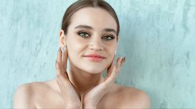 Modello di bellezza che tocca il suo fronte Concetto di Skincare stock footage