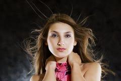 Modello di bellezza in studio con capelli saltati da vento immagine stock