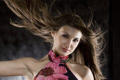 Modello di bellezza in studio con capelli saltati da vento immagini stock libere da diritti