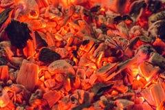Modello di carbone caldo in un fuoco attenuato fotografia stock libera da diritti