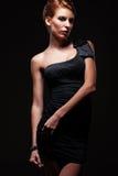 Modello di fascino alla moda in vestito nero Immagine Stock Libera da Diritti
