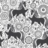 Modello di favola con gli unicorni su un fondo floreale Illustrazione in bianco e nero illustrazione vettoriale