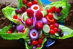 Modello di fiore di arte dell'alimento con i frutti e l'insalata fotografie stock libere da diritti