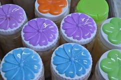 Modello di fiore di colore sui coperchi di plastica Fotografie Stock