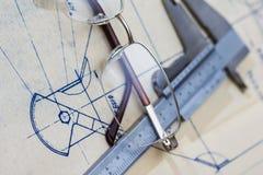 Modello di ingegneria con i vetri ed il calibro Fotografia Stock Libera da Diritti