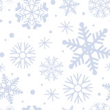 Modello di inverno con i fiocchi di neve blu su fondo bianco Reticolo senza giunte di inverno Fotografie Stock