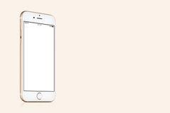 Modello di iPhone 7 di Apple dell'oro sul fondo dell'oro solido con lo spazio della copia Fotografia Stock