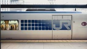 Modello di JUNIOR su un treno nel Giappone fotografia stock libera da diritti