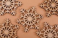 Modello di legno dei fiocchi di neve su fondo beige Fotografie Stock Libere da Diritti