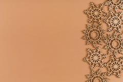 Modello di legno dei fiocchi di neve su fondo beige Fotografia Stock