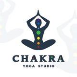 Modello di logo dello studio di yoga Logotype della società di Chakra Progettazione della siluetta di posa di meditazione royalty illustrazione gratis