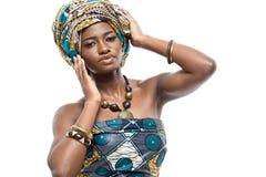 Modello di moda africano su fondo bianco. Fotografia Stock