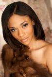Modello di moda afroamericano sexy che indossa una pelliccia di volpe Fotografia Stock Libera da Diritti