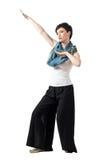Modello di moda allegro dei capelli di scarsità con il fazzoletto da collo variopinto nella posa di kung-fu immagini stock libere da diritti