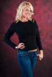 Modello di moda biondo sexy della ragazza in blue jeans fotografia stock