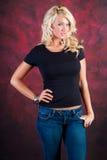 Modello di moda biondo sexy della ragazza in blue jeans immagine stock