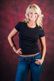 Modello di moda biondo della ragazza in blue jeans Fotografia Stock