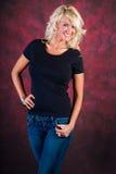 Modello di moda biondo sexy della ragazza in blue jeans immagini stock libere da diritti