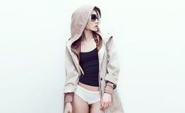 Modello di moda in cappotto d'avanguardia del denim Immagine Stock