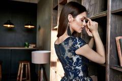 Modello di moda castana dei capelli di moda elegante perfetta di signora della donna Fotografia Stock