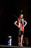 Modello di moda che cammina in scena Immagini Stock Libere da Diritti
