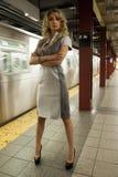 Modello di moda che sta al sottopassaggio di NYC Fotografia Stock