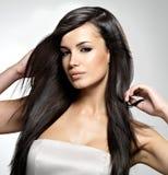 Modello di moda con capelli diritti lunghi. Fotografie Stock Libere da Diritti