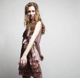 Modello di moda con capelli ricci Fotografia Stock