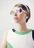 Modello di moda con gli occhiali da sole Immagine Stock