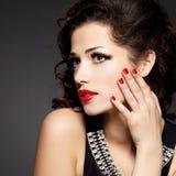 Modello di moda con i chiodi rossi Fotografia Stock