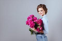 Modello di moda con i fiori fotografie stock