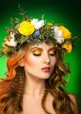Modello di moda con la corona su fondo verde Immagine Stock
