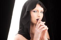 Modello di moda con trucco della ragazza misteriosa Sguardo e skincare di trucco sensuali della ragazza Concetto nero di venerdì  Fotografie Stock