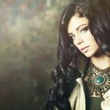 Modello di moda con trucco professionale e capelli lunghi Fotografie Stock