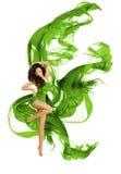 Modello di moda di dancing, danza moderna della donna, vestito verde d'ondeggiamento fotografia stock