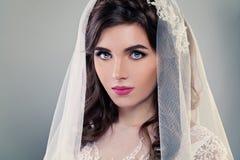 Modello di moda della sposa di fascino con trucco di nozze fotografia stock